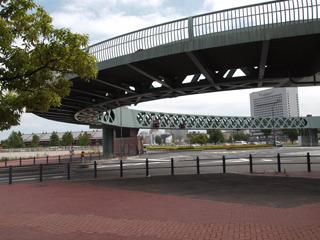 かっこいい歩道橋の目の前