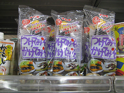 これが名古屋では絶対に家にあるという「つけてみそかけてみそ」。名古屋の味噌カツのソースのように甘い味噌です