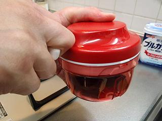 みじん切りにはタッパーウェア社のスピーディーチョッパーを使用。少量のみじん切りに凄く便利。
