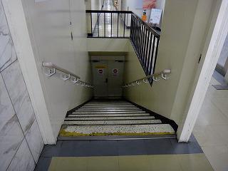 さらに下へと続く階段が