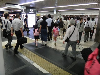 人でいっぱいの東京駅