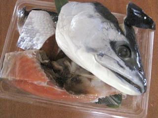 で、買ったのは480円の北海道の塩紅鮭のアラ一式