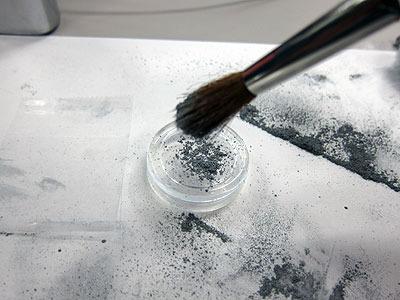 粉を落として筆で塗りつけ