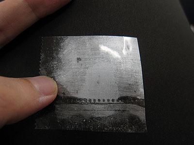 写真中央、たしかに指紋っぽい輪郭はあるが、うずまきのディテールまでは見えてこなかった