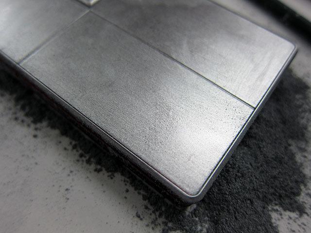 1枚のアルミニウム板から削り出された継ぎ目のない「ユニボディー」を採用(嘘)