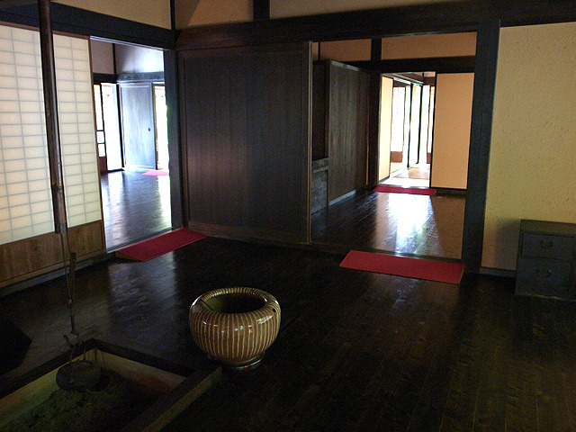 囲炉裏の部屋。床はぴかぴかに磨かれていた。