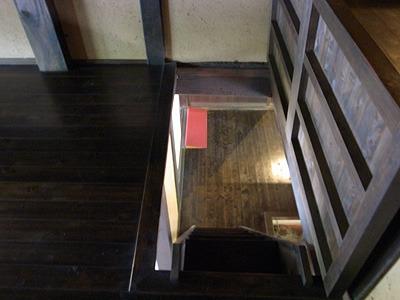 忍者屋敷のような階段なので酔ってたりすると危険。