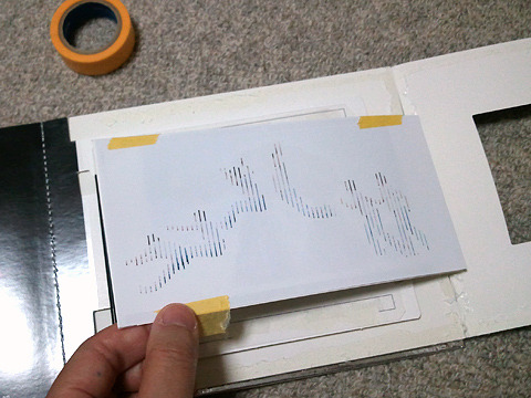元にきれいに戻すことを考えて、マスキングテープで。