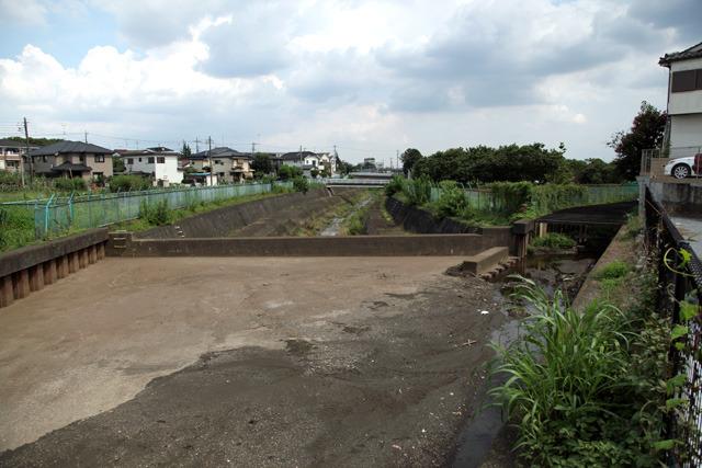 ふだんの空堀川は手前から右奥に流れて行く