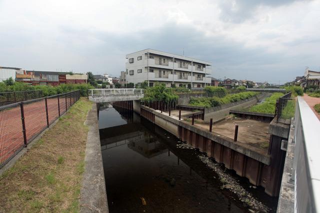 右奥に延びる水のない水路の上を直角に横切る空堀川