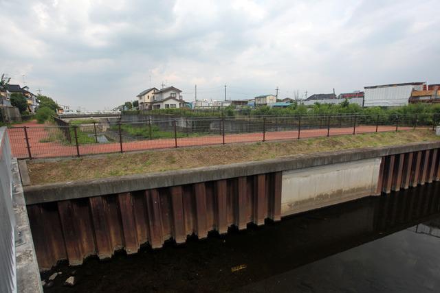 上の写真の左側にも水路が延びている