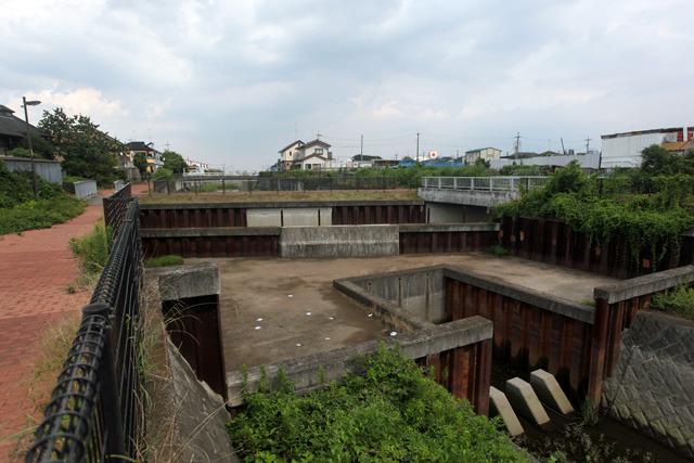 水路の「立体交差」を上流から見たところ