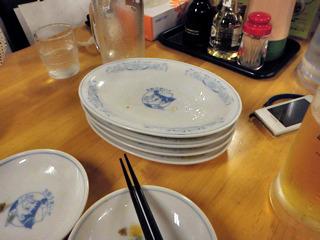 積み上がる皿