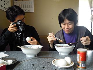 見た目はほぼ一緒なのに全然違う温度なので、交互に食べると混乱する。どんぶりを触った指すらビックリ。