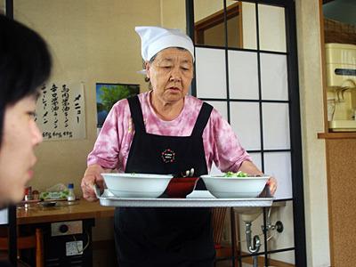 小津安二郎映画みたいなラーメンの登場シーン。とかいって、一本も見たことないけど。