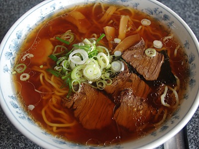 麺は少し細め、浮いた油がちょっと多めかな。そして馬肉チャーシューはしっかりと固い。