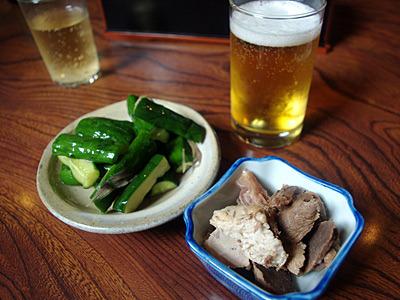 同行のHくんは、もうラーメンはいらないと、おしんこをつまみにビールだそうです。お通しのチャーシューは豚と馬のハーフ&ハーフ!