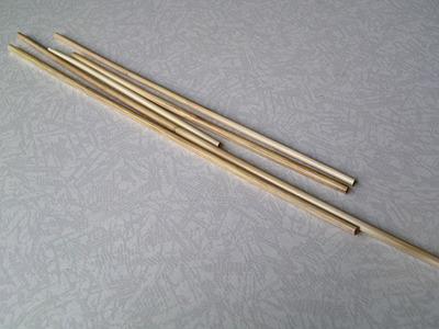 節を切り取り麦わらストロー完成。節の間の長さも使い勝手のいい長さになっている。 以前ジブリ美術館内のカフェでは、この麦わらストローを出していたらしい。