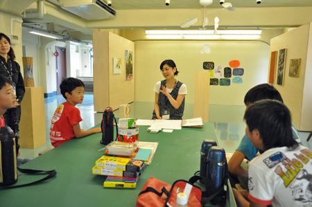 このメンバーでアート林間学校だ。奥にいらっしゃるのが美術家の島村薫先生。