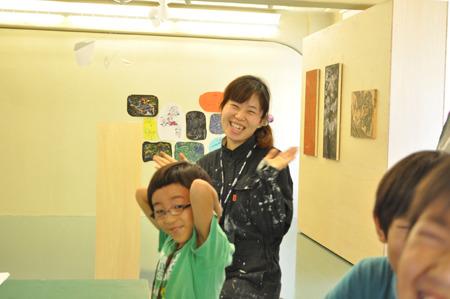 イカちゃんと呼ばれる芸術家のお姉さん。それにしても全員笑いすぎだ。