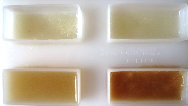 左上/リアル梨ジュース 右上/リアル梨ジュースに砂糖を加えたもの 左下/リアル梨ジュースに、りんごをすりおろしたリアルりんごジュースを加えたもの 右下/リアル梨ジュースに、市販のりんご100%ジュースを加えたもの