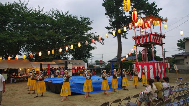 プロレスのリングを中心に踊るフラダンサー。地方の奇祭ではない。