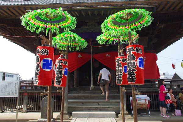 お寺の本堂の入り口。これも提灯の色遣いが目に鮮やかですなー。
