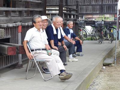 お寺の日陰寄りに座ったおじさんたちもこの笑顔。