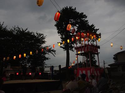 暗くなって祭りムードになるとお客さんも増えてきた!