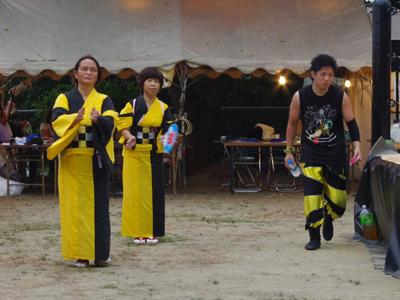 盆踊りのお姉さんと選手のタイツが相似色。