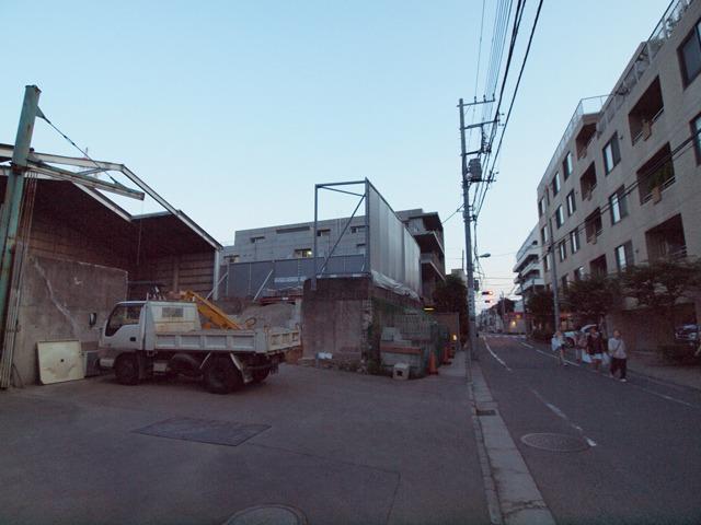 住宅街と砕石置き場