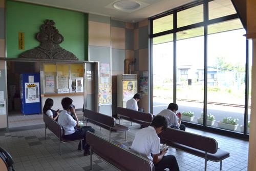 待合室では高校生が列車を待っていた。微妙な距離感