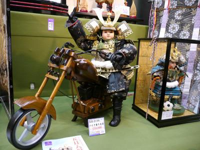 なぜみんな五月人形をバイクに乗せるのか?