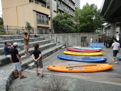 堂島川の船着場に集合する。天神祭の船が出る場所だそうだ。
