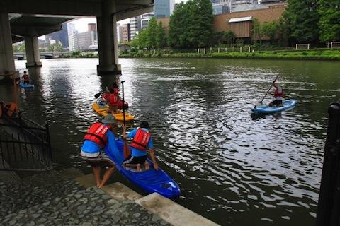 川チームもつぎつぎに乗船する。