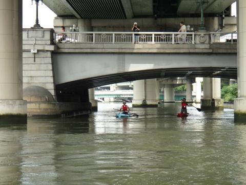 あっというまにみんなに遅れるわたし…! (ついてくれているのはばっちり2名体制のインストラクターさん、橋の上にいるのは陸上撮影班の山崎さん。)