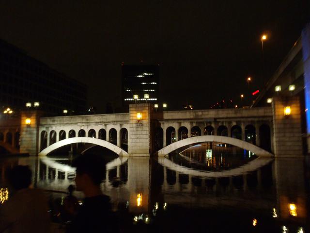 水晶橋。いや、こういういかにも歴史的な格好いい橋のライトアップは、わかる。東京もやってる。