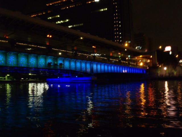大阪のすごいところは、これだ。昼間は言っちゃなんだがこれと言って特に特徴のない橋、天満橋が、夜ともなればこのとおり。ライト自体で模様を描いてもはや新しい橋に…!
