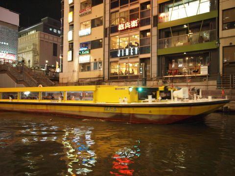 そしてこんなピカピカの水路を、いろんな種類の遊覧船がたくさん行き交っている。