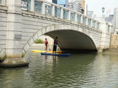 ばら園橋の周りをまわって漕ぐ練習。