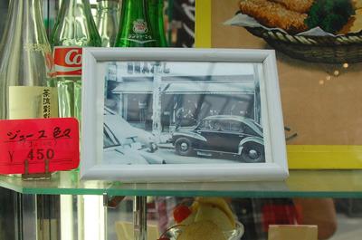 お店の入り口に写真。これは昔の銀座本店だろうか。