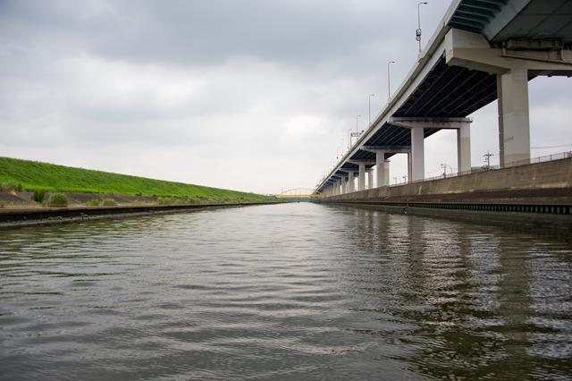 綾瀬川を上流方向へ。首都高がのびのびとしている。