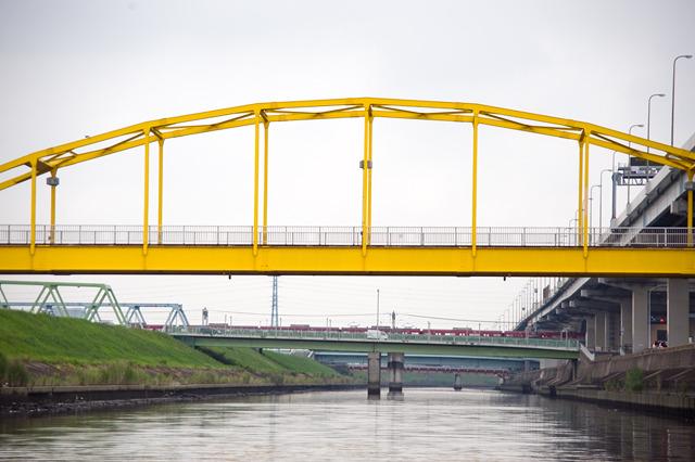 黄色の向こうに京成線。