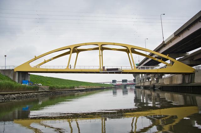 その先に、ふたたび黄色い橋。