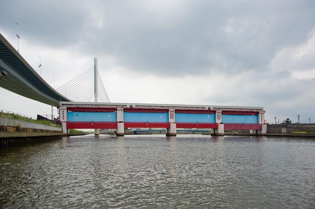 ひらがなハープ橋の反対側、海側から見た上平井水門。高潮や津波からみんなを守る頼もしいやつ。この車窓からもちらりと見える4連の扉の立ち姿にはぐっとくる。