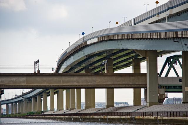このぐんにゃりの下は、都営新宿線。がっしりとしたコンクリートの橋だ。同じ列車の橋でもずいぶんと雰囲気が違うね。