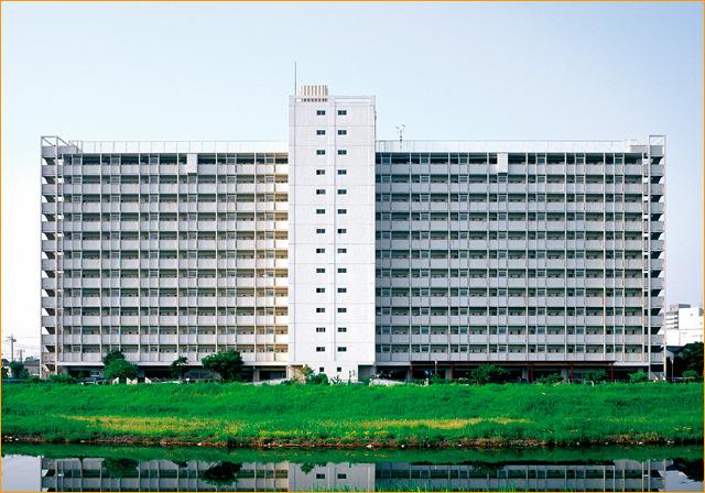 白いスーツの紳士・平井七丁目アパート。