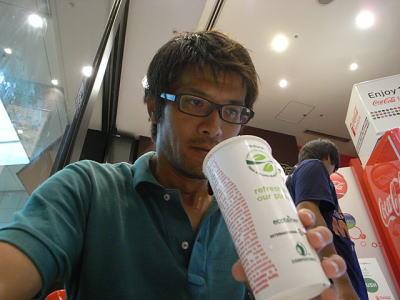 こんなにジュースを飲んだのは初めてという安藤さん