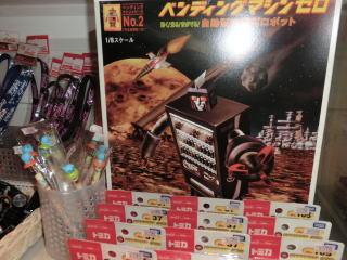 店内には様々なコカ・コーラグッズも売っている。写真はおっさん2人が本気でほしがった自販機ロボ「ベンディングマシンゼロ」