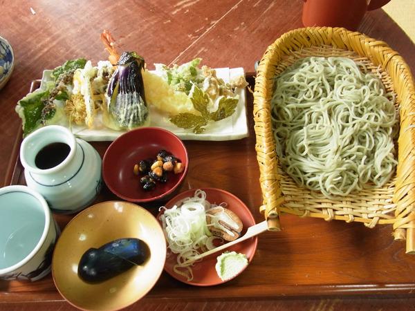 天ザル1,100円。うどの花やマイタケなど、プリプリ海老以外は近くで採れたこの土地ならではの新鮮な山菜。外のイナゴや田んぼを見ながらいただける。